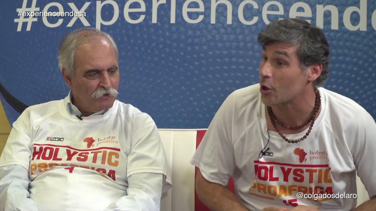 Pablo Llanes (d), junto al ex árbitro Mateo Ramos (i). Foto: Colgados del Aro